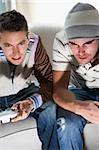 Vue grand angle de deux jeunes hommes jouant le jeu vidéo