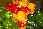 Gros plan de divers types de poivrons à un étal de marché, état de Zacatecas, Mexique