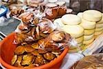 Pains et piles de fromage à un étal de marché, état de Zacatecas, Mexique