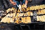 Mid vue en coupe d'un homme qui vend des tamales, état de Zacatecas, Mexique