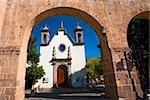 Kirche gesehen durch einen Bogen, Iglesia De Maria Lourdes, Morelia, Michoacán Bundesstaat México