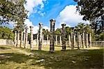 Ruines de colonnes dans un champ herbeux, The Market, Chichen Itza, Yucatan, Mexique