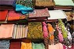 Helle Schals in Regalen im Markt
