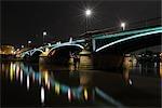 Ignatz Bubis pont enjambant la rivière Main à nuit, Francfort-sur-le-main, Hesse, Allemagne