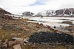 Haufen Kohle, verlassene RCMP Post und Post im Hintergrund, Craig Harbour, Nunavut, Kanada