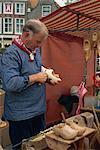 Ein Mann so Holzschuhen auf einem Markt in den Niederlanden, Europa