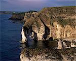 Roches blanches et souhaitant Arch, comté d'Antrim, Irlande du Nord, Royaume-Uni, Europe