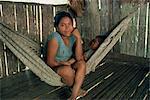 Une femme indienne de Guyami et son enfant dans un hamac à Bisira, Panama, l'Amérique centrale