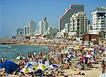 Foules de touristes sur la plage avec des bâtiments de haute mer, à Tel Aviv, Israël, Moyen-Orient