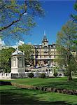 Le monument cénotaphe dans les jardins de la centrale devant la mairie, les bureaux du Conseil d'arrondissement de Bournemouth, Bournemouth, Dorset, Angleterre, Royaume-Uni, Europe