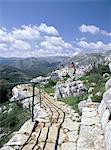 Point de vue avec les gens en admirant la vue et le calcaire Sierra Hidalga à distance, parc naturel Sierra de las Nieves, El Burgo, Malaga, Andalousie (Andalousie), Espagne, Europe