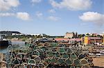 Casiers à homards de vieux port de la baie du Sud avec les hôtels sur la falaise sud au-delà, Scarborough, North Yorkshire, Angleterre, Royaume Uni, Euorpe
