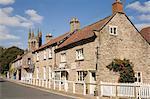 Gîtes ruraux traditionnels de grès et des magasins de bord de la tour d'église All Saints, Helmsley, de North York Moors National parc, North Yorkshire, Angleterre, Royaume-Uni, Europe