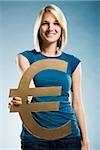Frau hält ein Eurosymbol