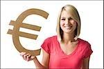 Frau hält Euro-symbol