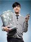 homme avec une poubelle peut plein de cd et tenant un iPod