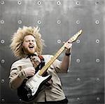 homme avec des cheveux fous, jouer de la guitare électrique