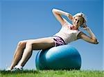 Frau trainieren mit einem Swiss-ball