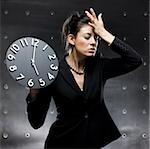 femme tenant une horloge
