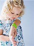 kleines Mädchen mit ein Bandaid auf dem arm
