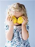 kleines Mädchen Zitronen vor Augen halten