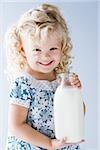 kleines Mädchen hält einen Krug Milch