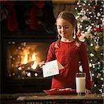 jeune fille écartant de lait et des biscuits pour le père Noël