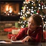 fille écrit une lettre au père Noël