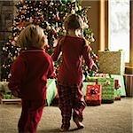 enfants qui courent à présente le matin de Noël
