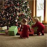 deux enfants, ouverture des cadeaux le matin de Noël