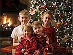 vier Geschwister zu Weihnachten