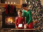 mère et fille à Noël, mettre le lait et les biscuits pour le père Noël
