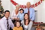 Großeltern, Eltern und Kinder feiern Weihnachten