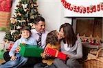 Famille avec deux enfants dans l'arbre de Noël