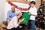 Garçon reçoit un cadeau de Noël de grand-mère