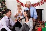 Parents et enfants adultes fêter Noël ensemble