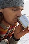 Mann mit Sommersprossen, trinken aus einem metallischen Cup - Getränke - Freizeit