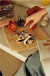 Person schneiden Pilze auf einem Board Carving - Kochen - Zutaten - Rezept - Küche