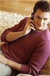Mann telefonieren mit einem Handy - Handy - Wohnzimmer - Startseite