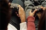 Mann und Frau mit Joysticks in ihren Händen - Console - Spiel - unterhaltsam