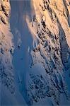 Antenne de skieur extrême ski par goulotte à alpenglow allumé Chugach Mtns centre-sud de l'Alaska hiver