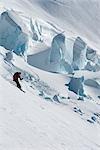 Skieur Backcountry ski dans les montagnes Chugach à Twentymile Valley, Alaska