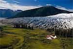 Hydravion de Helio Courier survolant la vallée de Mendenhall w/Glacier du sud-est AK côte Mtns Tongass NF