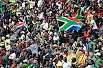 Menge schoss auf ein Fußballspiel mit südafrikanischen Flaggen, Johannesburg, Südafrika