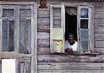 Homme dans la fenêtre de la maison de la mobilière, Barbade