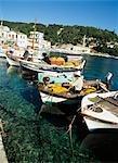 Pêcheur avec des bateaux de pêche dans le port de Longos, Paxos, Grèce