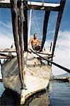 Sailor boutonese et bateau commercial, port de Bitung, Nord Sulawesi, Moluques (Maluku) Indonésie
