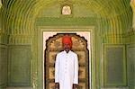 Garde de palais dans la zone d'entrée décoré de petites portes du City Palace, Jaipur, Rajasthan, Inde