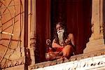 L'homme médite sur la corniche, Varanasi, Inde