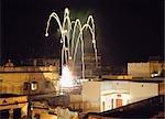 Divali Festival - feux d'artifice sur la ville pendant la nuit, Varanasi, Inde